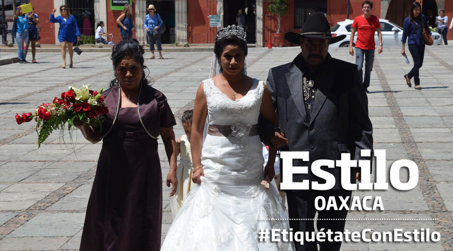Oswaldo y Rosa caminan juntos al altar