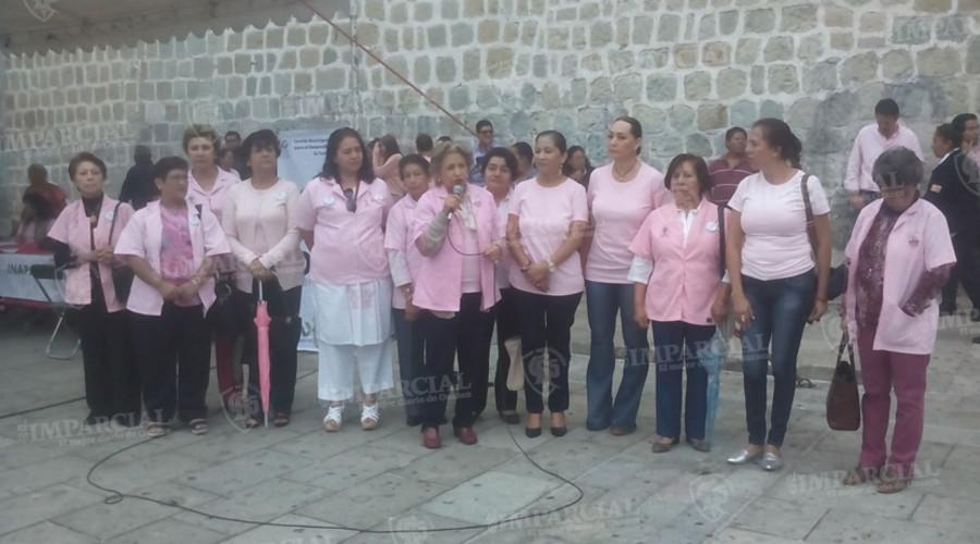 Realizan moño monumental contra el cáncer de mama en Oaxaca