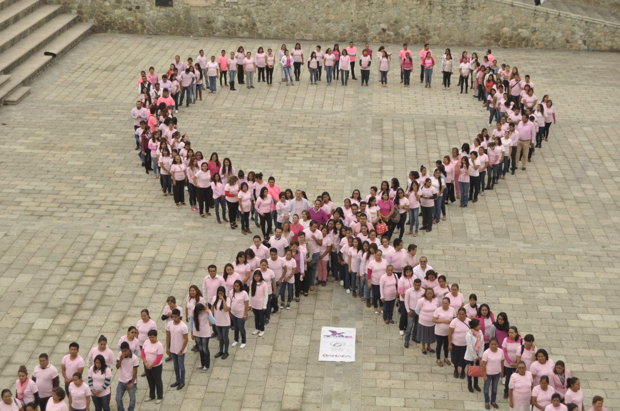 Monumental moño contra el cáncer de mama en Oaxaca